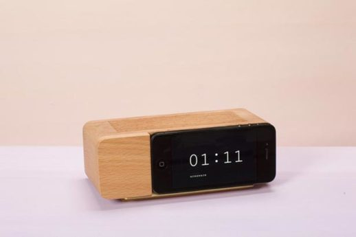 xmas-want-retro-alarm-clock-iphone-dock
